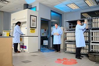 كاشي ضد اسيد در آزمايشگاه صنعتي در كف با بند ضد اسيد